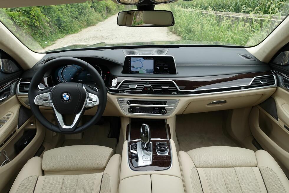 FUNKSJONELL LUKSUS: BMW-interiøret er litt mer bil og litt mindre salong i forhold til Mercedes S-klasse. Men det er meget høyverdig både når det gjelder materialkvalitet og detaljarbeid.  Foto: KNUT MOBERG