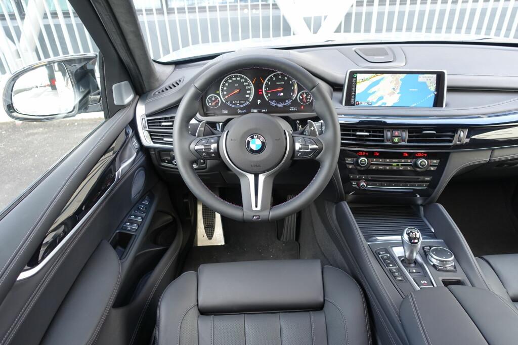 <b>ULV I FÅREKLÆR:</b> Det er ikke noe sportsbil-interiør, men så er da heller ikke BMW X5 noen sportsbil - selv ikke med 575 M-krefter. Men for en kraftpakke, og for et avsindig drag! Foto: KNUT MOBERG