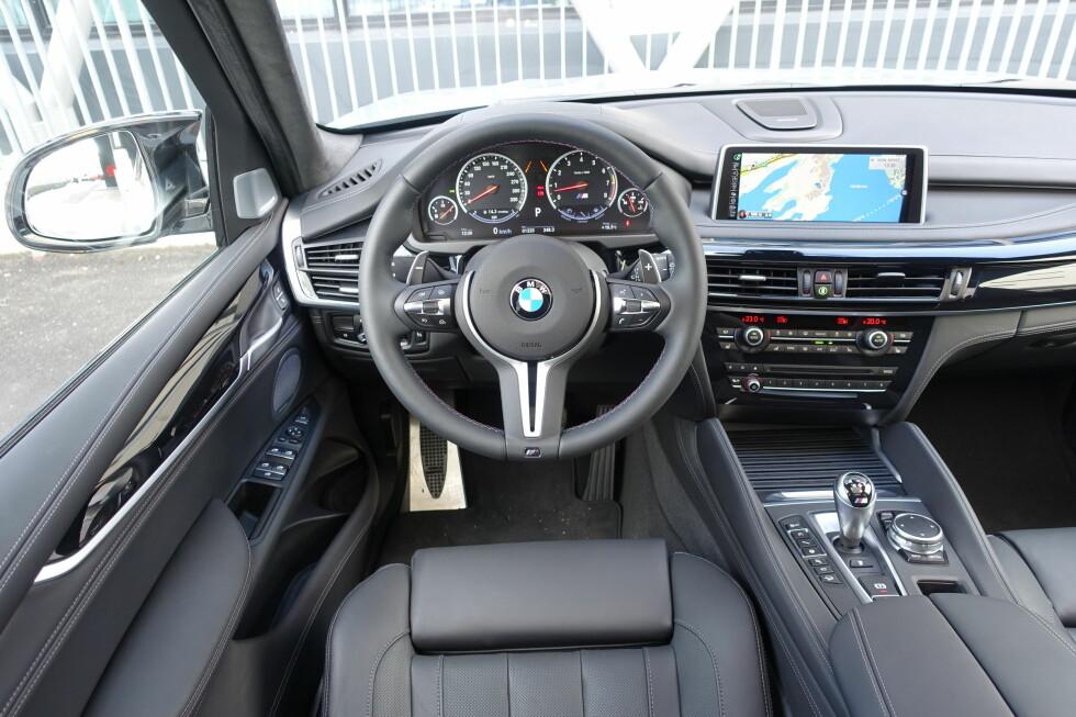 ULV I FÅREKLÆR: Det er ikke noe sportsbil-interiør, men så er da heller ikke BMW X5 noen sportsbil - selv ikke med 575 M-krefter. Men for en kraftpakke, og for et avsindig drag! Foto: KNUT MOBERG