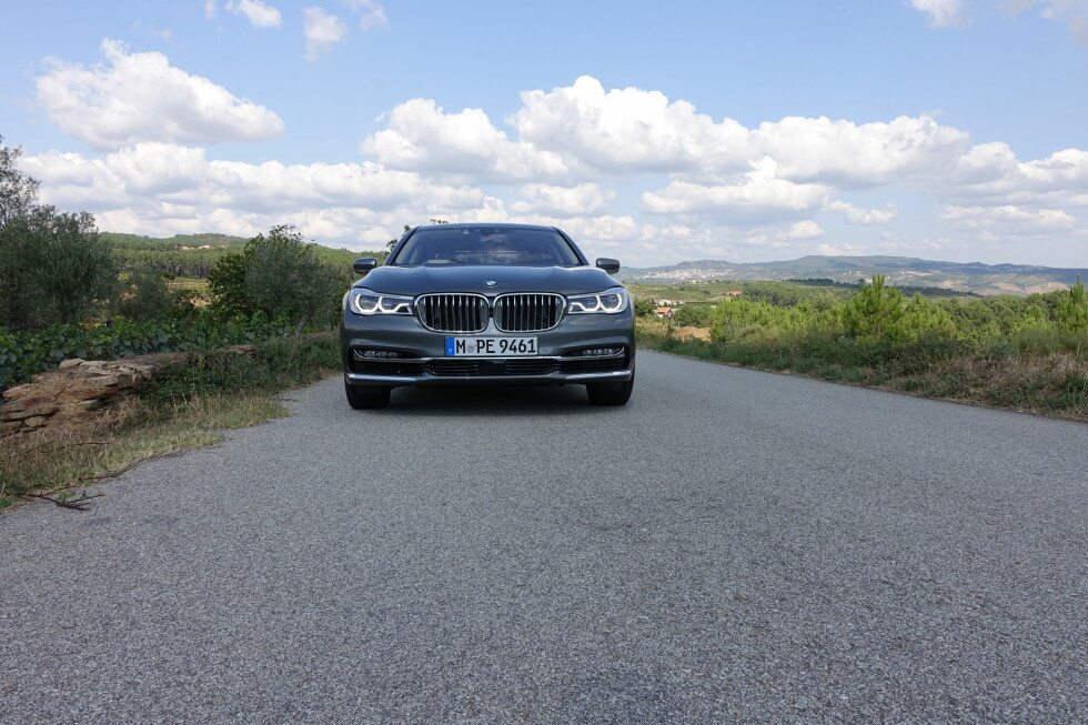 SJEF PÅ VEIEN: Den nye frontdesignen gir bilen et bestemt og dominerende uttrykk. De smalnende lyktene trukket helt inn til den bredere grillen gir bilen mer likhet med den øvrige BMW-familien. Foto: KNUT MOBERG
