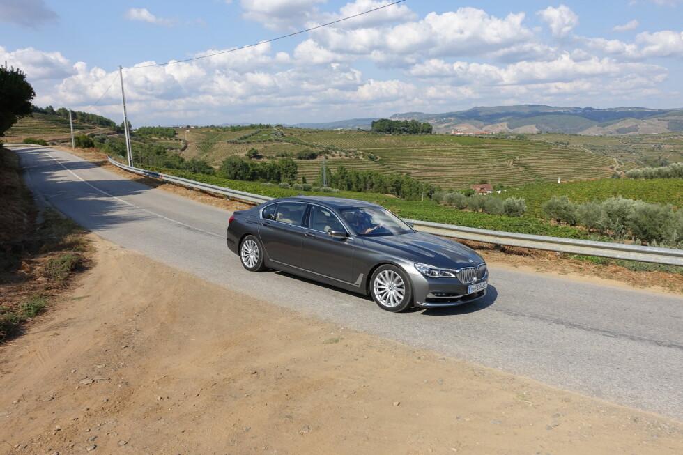 LANGSTRUKKET: Limousinversjonen (her testbilen 750Li xDrive), er 524 centimeter lang og 190 bred. Denne heftige versjonen veier dessuten oppunder to tonn. Da er det imponerende at kjøredynamikken er såpass god som den er. Foto: KNUT MOBERG