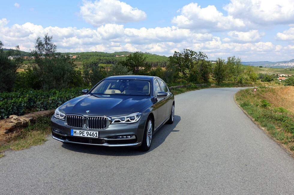 SKJERPET: Et skarpere oppsyn gir nye 7-serie mer typisk BMW-look med nederste del av fronten dratt ut mot sidene og smalere lykter dratt helt inn til en større, men meget klassisk, BMW-grill. Resten av bilen lever opp til løftet det forbedrede ytre gir.                           Foto: KNUT MOBERG