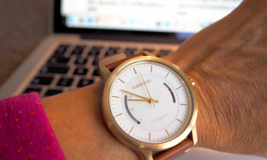 RØDMERKING: Stolpen til høyre på klokka er et inaktivitetsvarsel som gradvis fylles med rødt når du sitter lenge stille. Du må gå minst et par minutter for å nullstille den. FOTO: KRISTIN SØRDAL