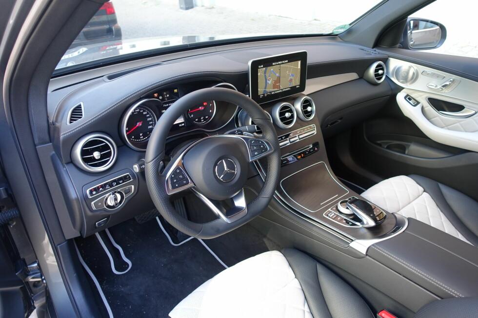 FAMILIELIKHET: Mercedes har funnet sin stil og transponerer den med modifikasjoner fra C til GLC. Og til dem som kritiserer skjermens plassering: Det fungerer i praksis svært bra. Foto: KNUT MOBERG