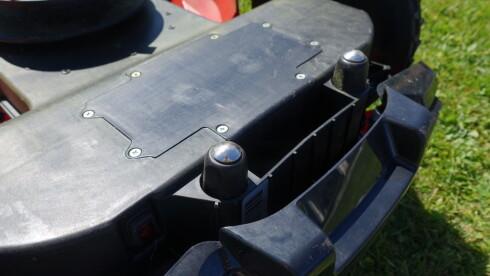 DÅRLIG LØSNING: Kontaktflatene på Meec ligger å subber i plenen og får et grønt belegg på seg. Vil tro faren for dårlig kontakt er til stede på lenger sikt. Foto: RUNE M. NESHEIM
