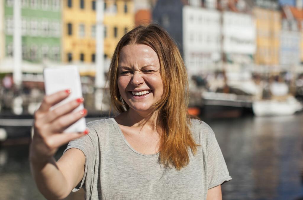 <b>DEILIG Å VÆRE DANSK: </B>Dansker kan sende selfies til hverandre til krampa tar dem. Prisene hos både Telenor og «danske Netcom» (Telia) ligger nemlig langt under de norske.  Foto: MASKOT / NTB SCANPIX