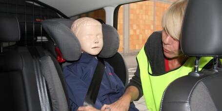 Slik sikrer du barna i bilen