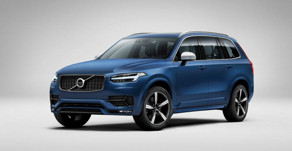 RÅERE: Volvo XC90 R-Design (bildet) har en mer sportslig fremtoning enn standardmodellen. Nå som Volvo har overtatt eierskapet av racing-spesialisten Polestar, vil det komme flere versjoner med høye ytelser. En 2.0 biturbo + kompressor på 450 hester er allerede vist. Foto: VOLVO