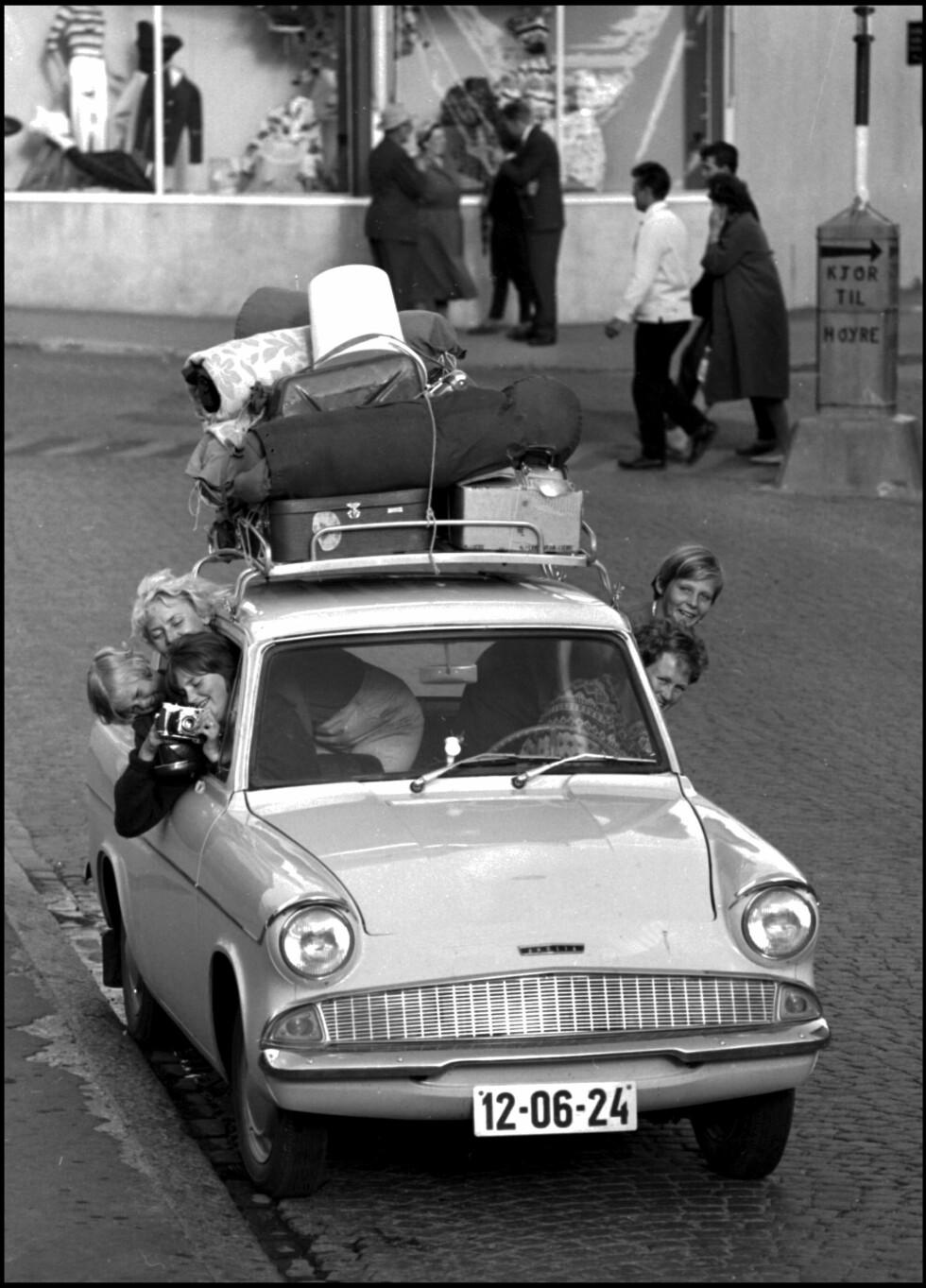 POPULÆR FERIEFORM: Bilferie har vært populært blant nordmenn lenge. Her er en fullpakket og ferieklar familie fra 1968. Foto: NTB SCANPIX
