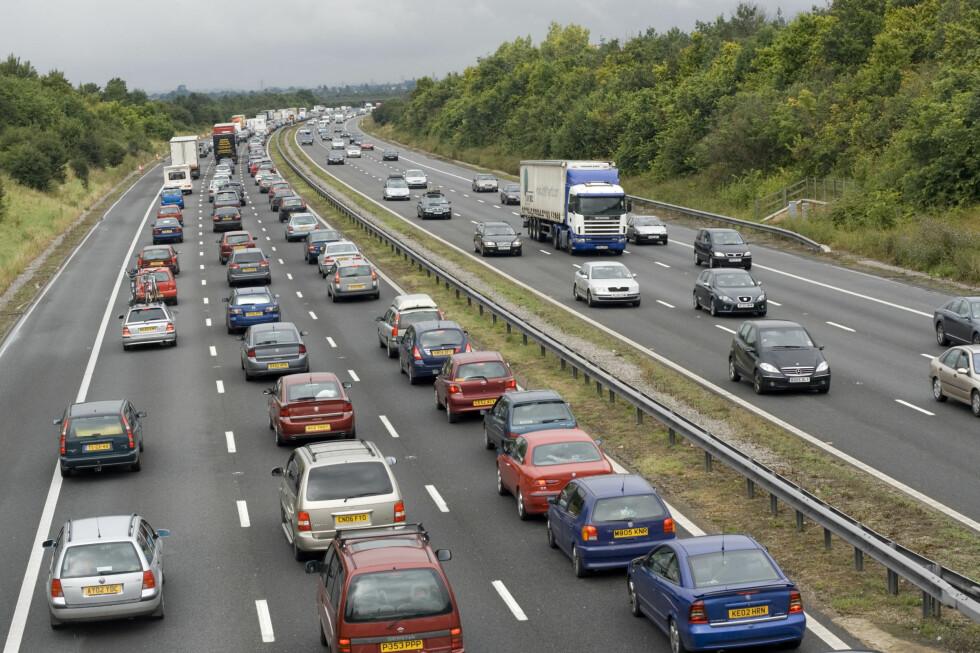 LETT Å GLEMME: Kjører du høyrestyrt bil i Storbritannia, må du justere lysene slik at du ikke blender trafikken Foto: ALL OVER PRESS