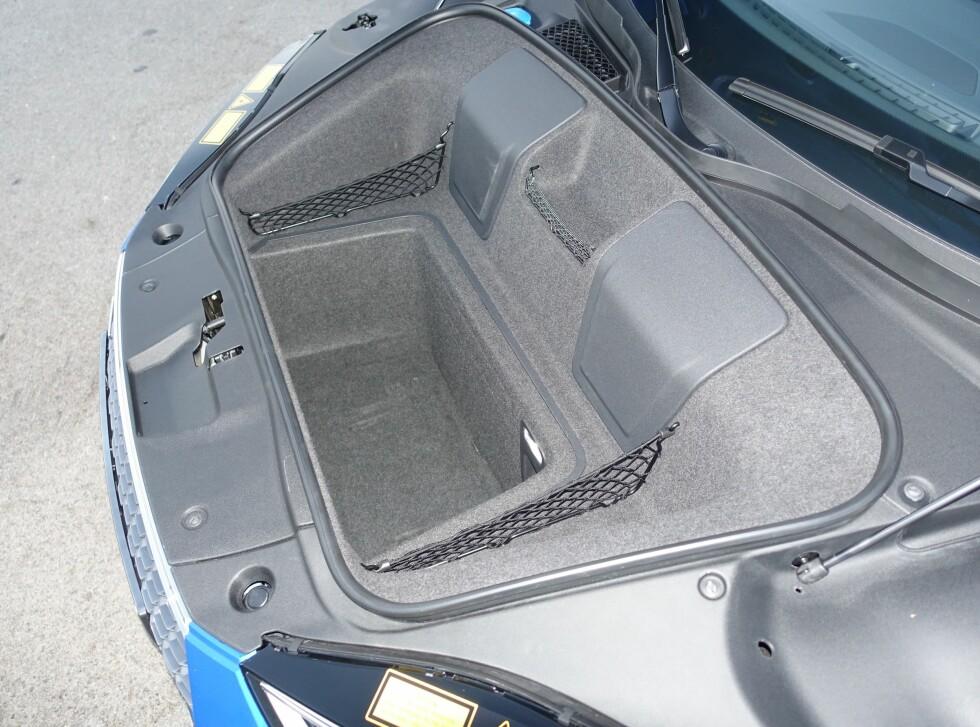SNAUT: Bagasjerommet under panseret begrenser seg til 112 liter. Dette er dermed IKKE bilen du tar med på tre ukers bilferie.  Foto: KNUT ARNE MARCUSSEN