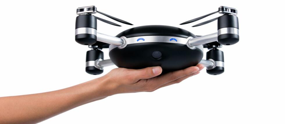 FLYR AV SEG SELV: Ved å kaste Lily opp i lufta, vil kameraet automatisk fly og følge den som har på seg den tilhørende brikka. Foto: LILY