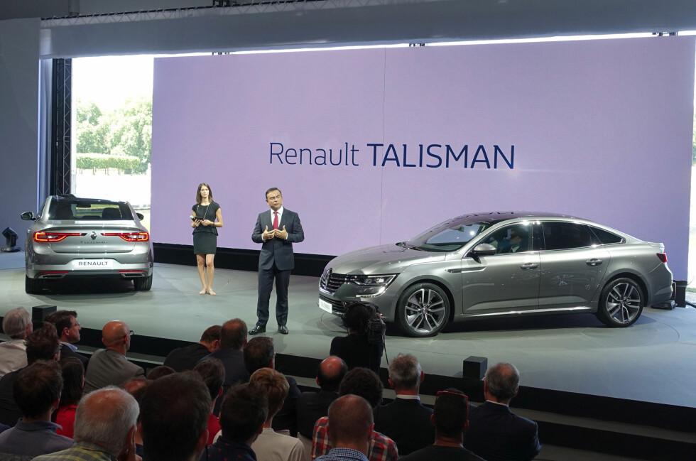 LYKKEBRINGER? Her viser toppsjefen til Renault (og Nissan), frem den franske produsentens nye håpefulle. Talisman går rett i clinch med VW Passat og Ford Mondeo. Produksjonen er i gang og bilene kommer i butikkene etter ferien. Stasjonsvognen blir tilgjengelig i etterkant. Foto: KNUT MOBERG