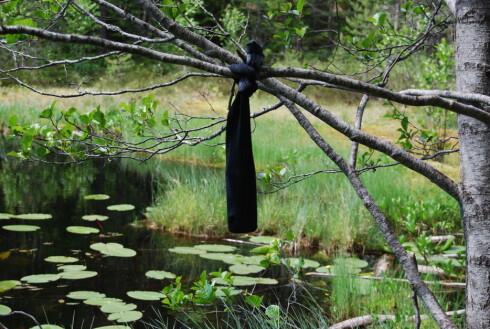 VÅT SOKK: Heng opp flasken i en våt sokk, og la vinden kjøle den ned. Foto: THOMAS STRZELECKI