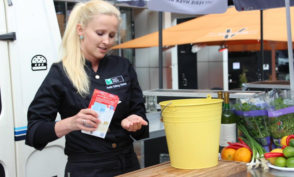 Anette Fjelleng Hansen fra Matprat viser hvordan du hurtigkjøler med salt, vann og isbiter. Foto: Elisabeth Dalseg