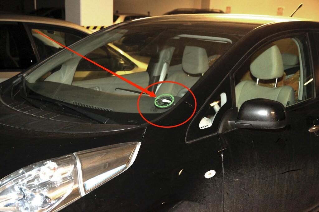 <b>SLIK SER DEN UT:</b> Godt synlig i frontruten skal urskiven være plassert, slik at parkeringsvakter kan kontrollere hvor lenge du har stått parkert.  Foto: KNUT ARNE MARCUSSEN