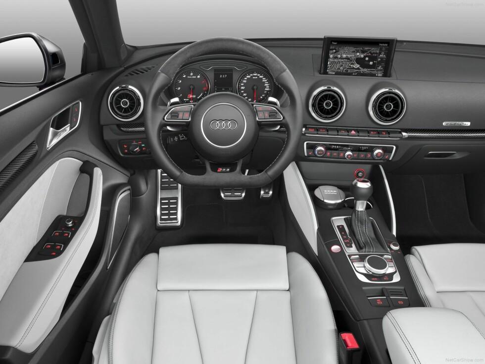 <strong><B>KJENT INTERIØR:</strong> </B>Det tjukke rattet er en nytelse. Ellers er det ikke mange detaljene som skiller RS 3 fra en standard A3 Sportback.