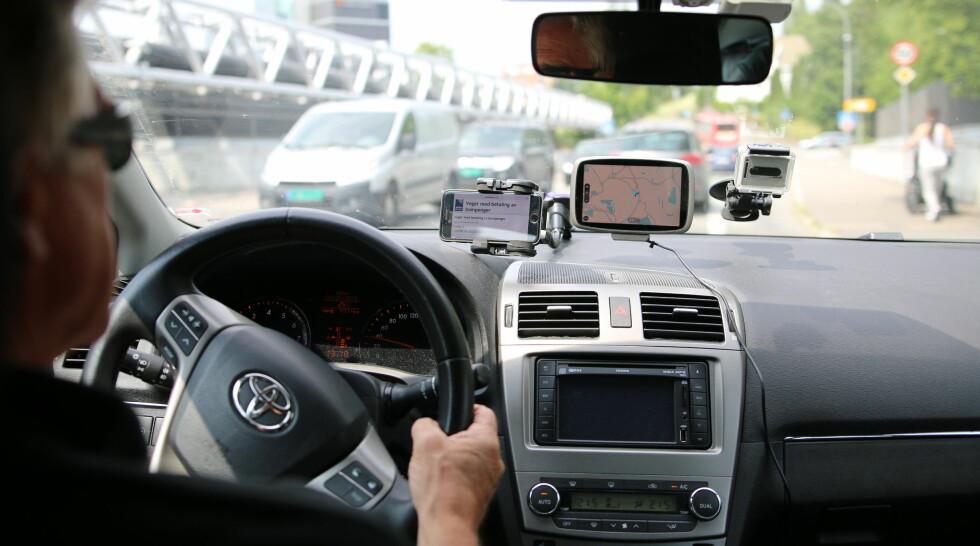 TRAFIKKFARLIG: Stadig flere tekniske innretninger finner sin vei til bilen. Når de hemmer utsynet er det direkte trafikkfarlig, advarer NAF. Foto: NAF