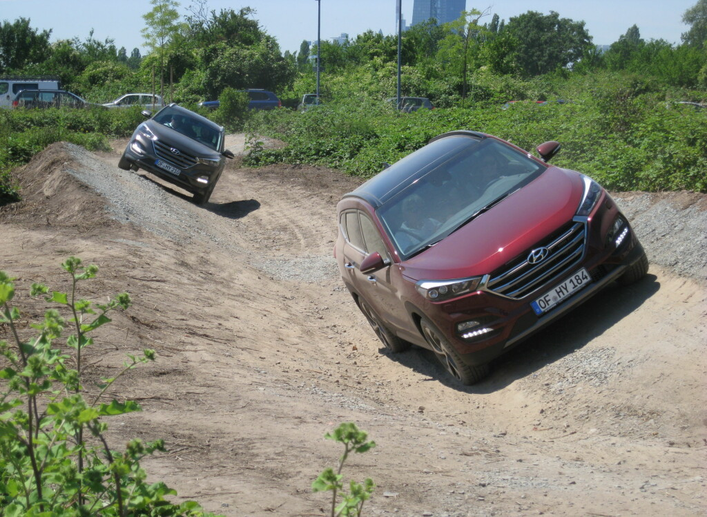 SOFTROAD: Vi fikk anledning til å prøve en slags terrengløype utenfor Hyundais europeiske hovedkvarter nær Frankfurt. Der viste den at den ikke behøver å rødme i forhold til konkurrentene. Foto: KNUT MOBERG