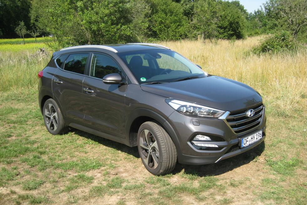 KONTINUITET OG FORNYELSE: Hyundai Tucson går tilbake til modellnavnet Hyundai brukte på første generasjon. Tucson erstatter dermed ix35, en folkesuv som har slitt med salgssvikt den senere tiden. Denne burde hjelpe på salget til Hyundai både i Norge og andre steder. Foto: KNUT MOBERG