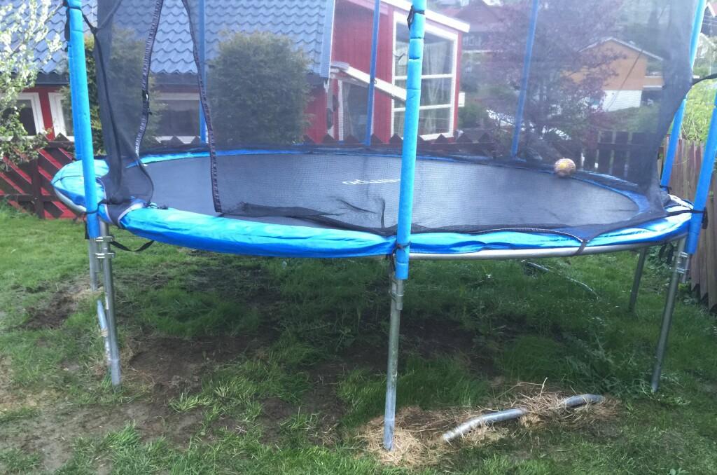 <b>STYGGE FLEKKER: </b> Mange sliter med stygge jordflekker under barnas leketøy i hagen. Dessverre finnes det bare en løsning på problemet. Foto: Øyvind Paulsen