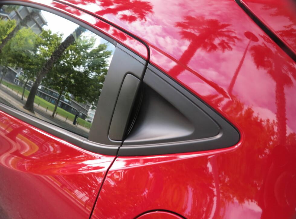 Kupé: Honda ønsket å gi bilen en slags kupé-form, og forsterker dette inntrykket med et gammelt triks. Fjern dørhåndtaket på bakdøren, og sett det i trekanten i bakkant av vinduet. Dermed ser bilen ut som om den er todørs.  Foto: Fred Magne Skillebæk