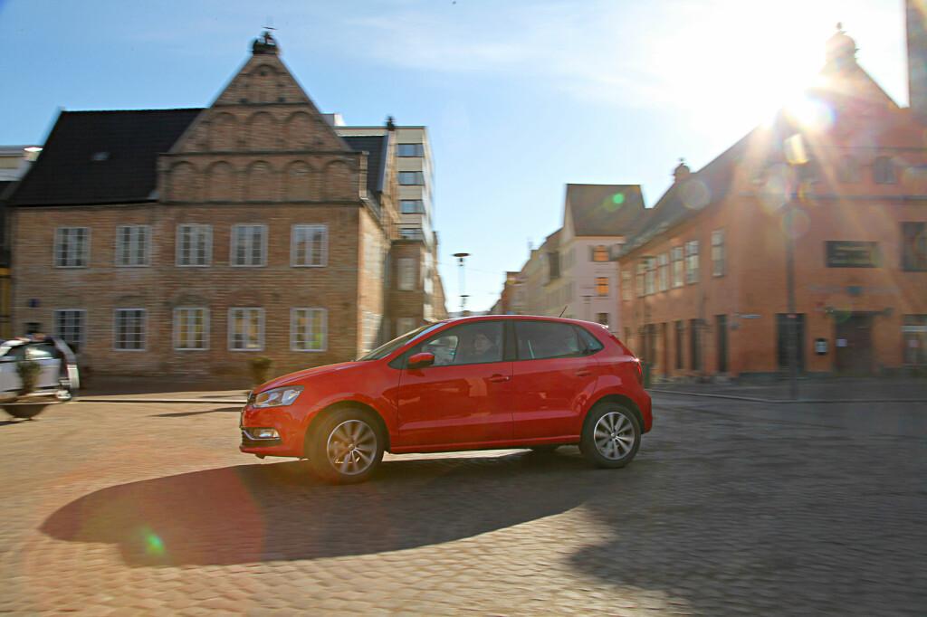 HOLDER KOKEN: Nåværende Polo er ikke nyeste bil i testen, men holder fortsatt koken.   Foto: Espen Stensrud