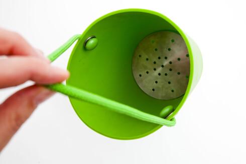 SMART: Morsom salatslynge fra Eva Solo, som også kan brukes som oppbevaring for salaten, om du legger en tallerken over, slik at det blir tett. Foto: Per  Ervland