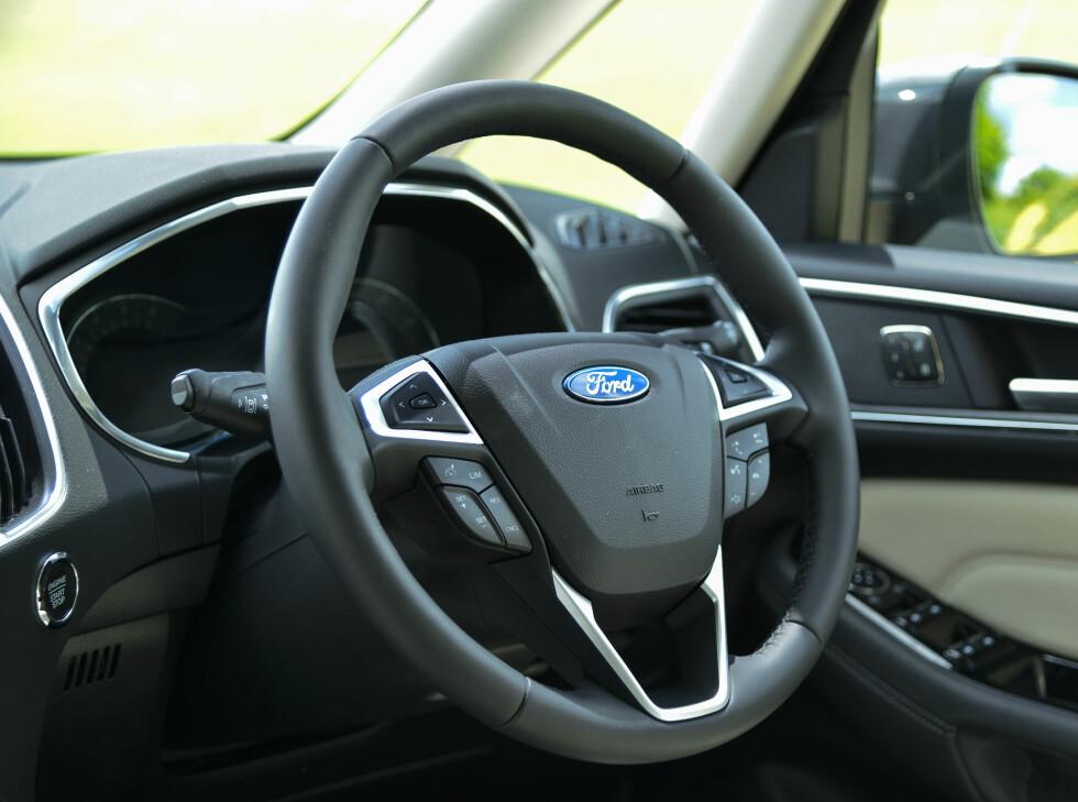 MULTIFUNKSJON: Du kan styre det meste både fra berøringsskjermen og rattet.  Foto: Jamieson Pothecary