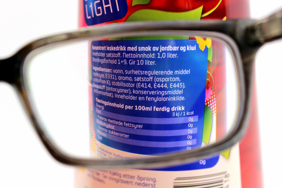 LES INGREDIENSLISTA: På syntetiske produkter som sukkerfri saft finner du mange rare ord. Men også på produkter du tror skal være relativt enkle og naturlige, finner du mange overraskelser. Foto: OLE PETTER BAUGERØD STOKKE
