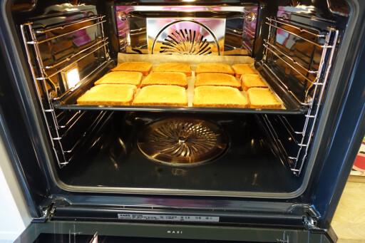 BRØDSKIVETESTEN: La loffskivene ligge til alle har fått en gyllen farge, så vil du raskt se hvor ovnen tar mest. Her er det varmest rett foran varmluftsviften. Foto: ELISABETH DALSEG