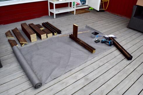 <strong><B>ALT DU TRENGER:</strong></B> Drill, skruer, målestokk og terrassebord. Her har vi begynt å tre på bord inn i de smarte MULTIstolpene.