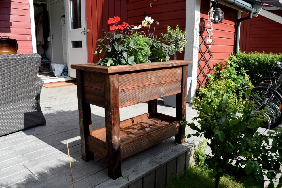 <strong><B>PERFEKT PÅ PLATTINGEN:</strong></B> Blomsterkassa fra Montér gjør seg svært godt på enhver platting eller terrasse. I tillegg er den enkel å lage og koster svært lite hvis du bruker avkapp.
