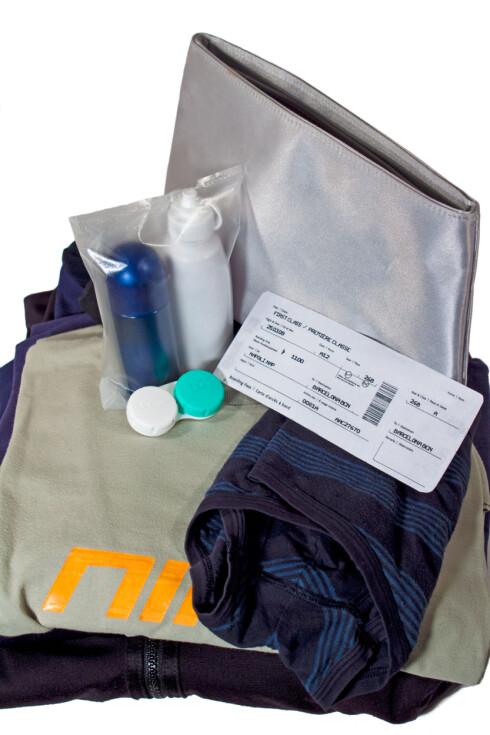 FLYTENDE VÆSKER I KOFFERTEN? Legger du flytende væsker i kofferten, må du ta forholdsregler så det ikke lekker. Det krever flyselskapene. Foto: ACIES / NTB SCANPIX