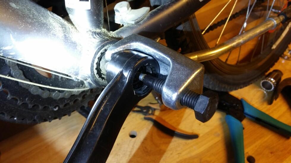 Spesialverktøyet dro ikke av pedalarmen, i stedet dro det med seg gjengene i pedalarmen. Vi hadde heldigvis en annen avdrager som gjorde jobben. Foto: BRYNJULF BLIX