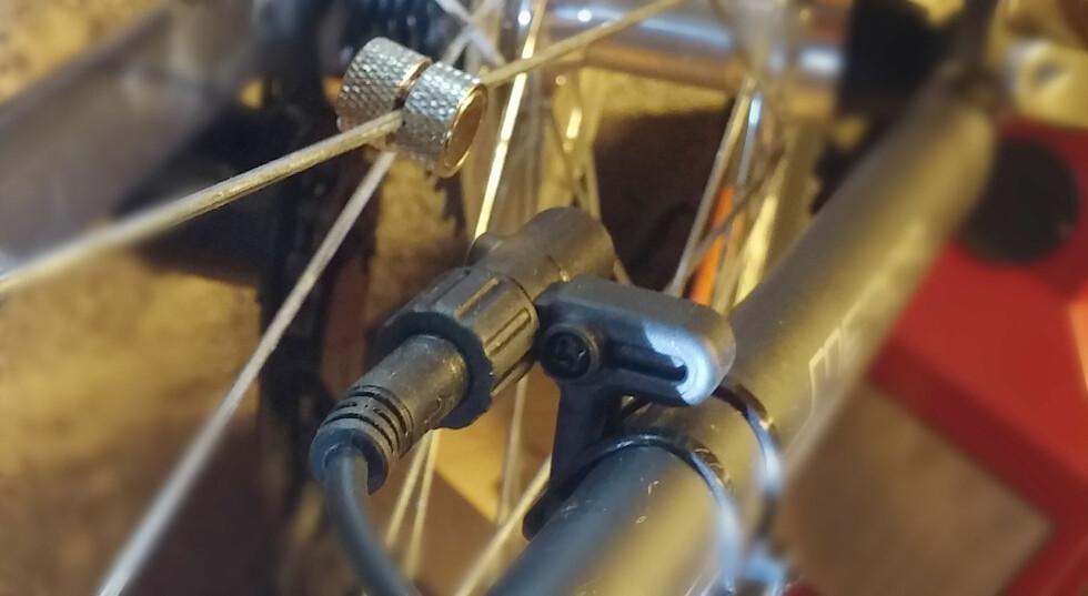 VIKTIG:  Magneten på eiken og en føler på gaffelen sørger for å måle hastigheten. Foto: BRYNJULF BLIX