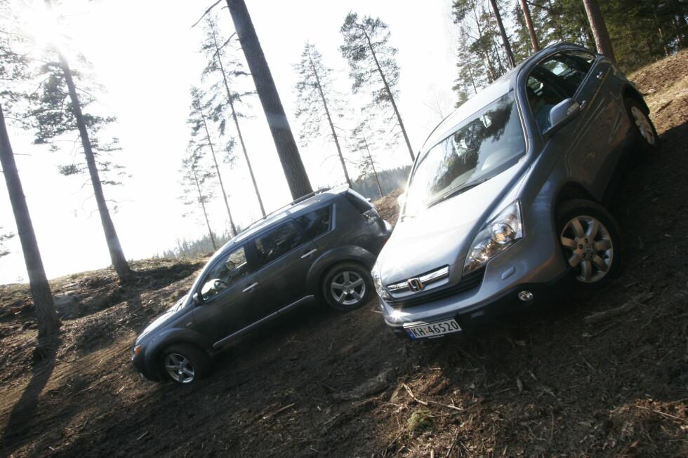 UT PÅ TUR: Mitsubishi Outlander og Honda CR-V er to trygge SUV'er du kan få fra 100.000 kroner. Foto: AUTOFIL