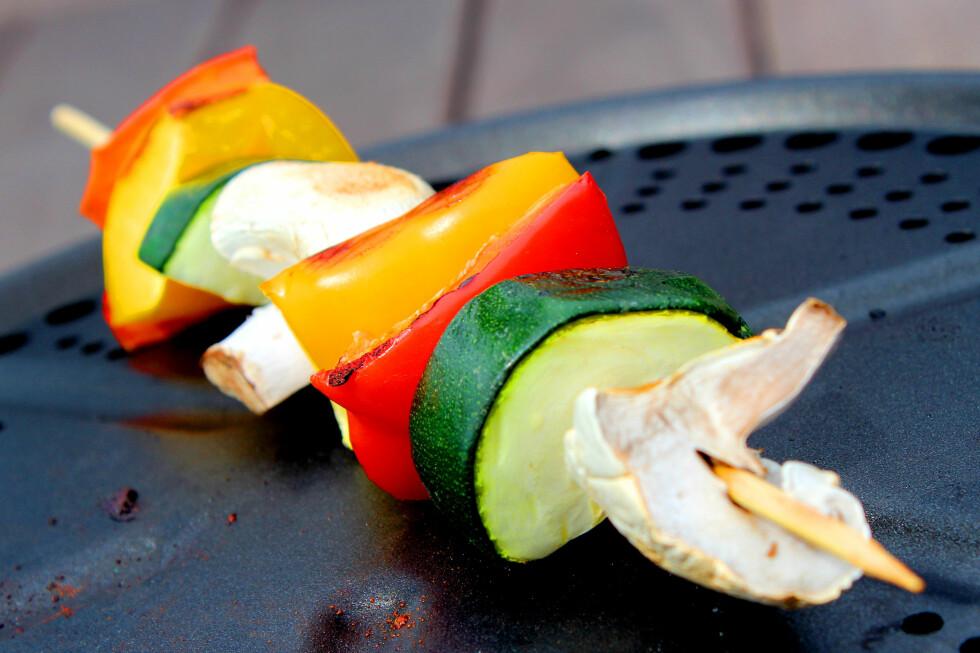 <strong><b>TEST:</strong></b> Vi har testet å grille litt forskjellig mat; grillspyd med grønnsaker, pølser og kyllingfilet. Foto: OLE PETTER BAUGERØD STOKKE