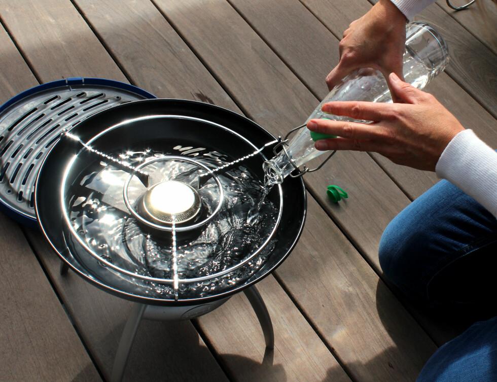 <strong><b>KREVER VANN:</strong></b> Grillen fra Campingaz krever vann for å grille. Husker du det i farta? Foto: OLE PETTER BAUGERØD STOKKE