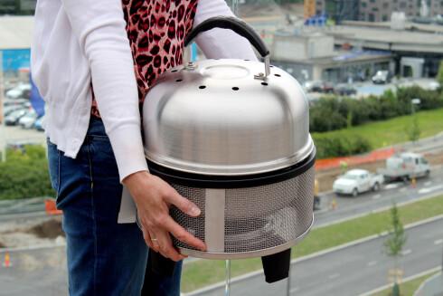 <b>BÆRBAR?</b> Cobben kan ikke bæres etter lokket. Du må investere i en bæreveske om du skal ha den med deg, som koster 300 kroner ekstra. Foto: OLE PETTER BAUGERØD STOKKE
