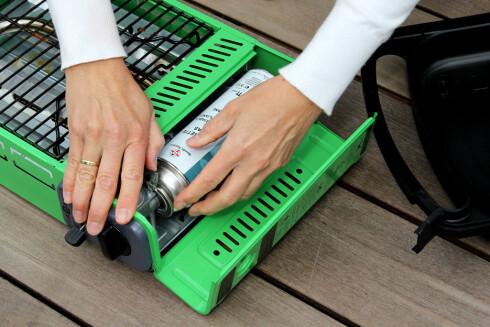 ENKEL: Liten gassbeholder, som er enkel å feste og koble fra. Foto: OLE PETTER BAUGERØD STOKKE