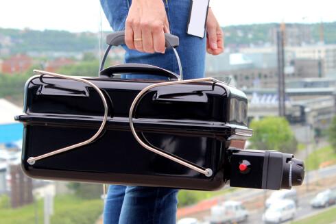 BÆRBAR: Beina låser enheten sammen, slik at du kan bære i lokket. Foto: OLE PETTER BAUGERØD STOKKE