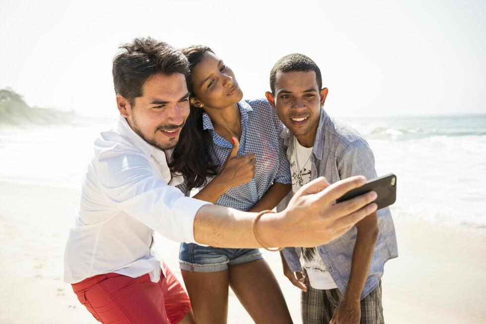 DYRT: Best å sjekke om det finnes en gratis Wi-Fi-sone før du legger ut feriebildet på Facebook. Foto: NTB SCANPIX