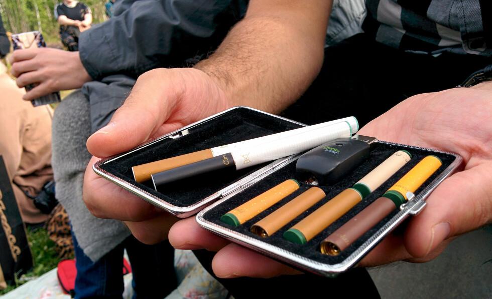 DE MINSTE: Slik ser de minste variantene av e-sigaretter ut. «Filtrene» er tanker med væske, som kan byttes ut for ulik smak og styrke. Foto: OLE PETTER BAUGERØD STOKKE