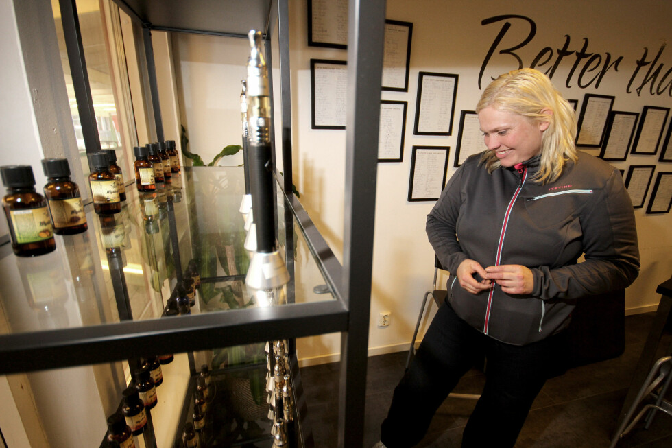 REISER TIL SVERIGE: Mange reiser til Sverige for å handle e-sigaretter. Her er Halla Høgnadottir på Svinesunds Damputstyr. Foto: OLE PETTER BAUGERØD STOKKE