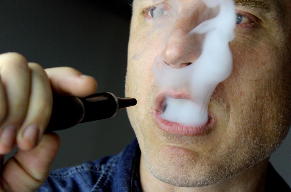 DAMPKAMP: Mange nordmenn har for lengst stumpa røyken til fordel for dampen. Men e-sigaretter er ennå ikke fullt ut lovlige i Norge, da nikotinholdig væske ikke kan selges her til lands. Foto: OLE PETTER BAUGERØD STOKKE