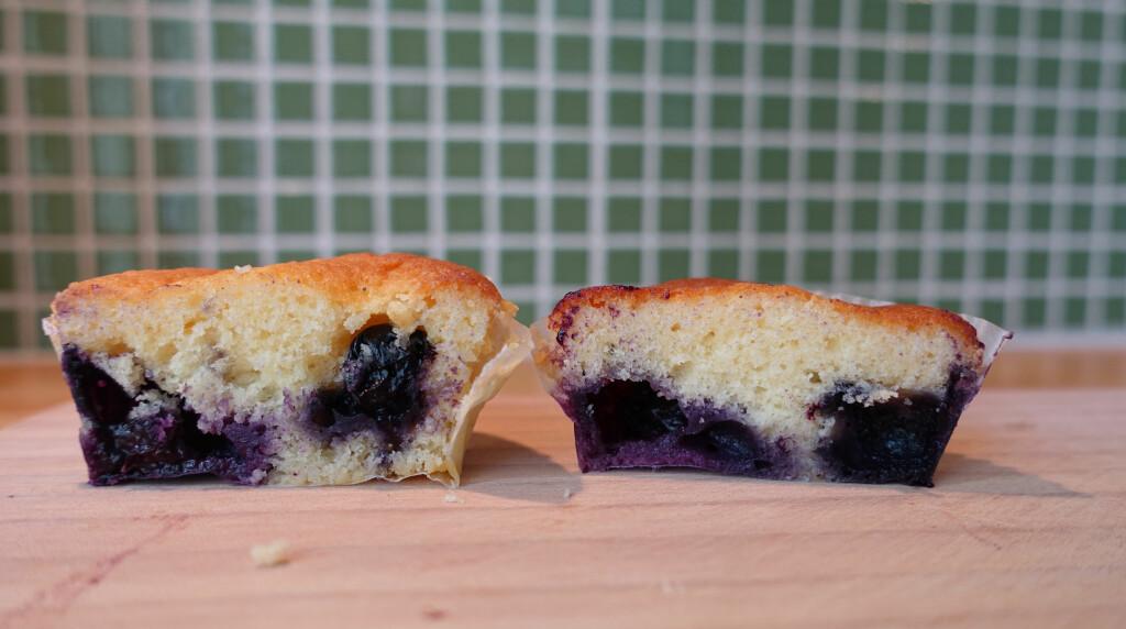 SPREDNING: Muffinsen med bær vi hadde dekket med mel hadde bedre spredning av bærene, men de store blåbærene synker likevel litt mot bunnen. Foto: ELISABETH DALSEG