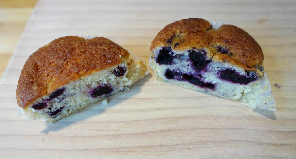 """TINT OG FROSSEN: Frosne bær til venstre, tinte til høyre. De tinte bærene hadde begynt å """"blø"""" litt, og ser kanskje saftigere ut, men bærene beholdt mer av sødmen og saftigheten når vi bakte med frosne bær. Det ser også hakket mer presentabelt ut, og blir mindre søl når du spiser. Foto: ELISABETH DALSEG"""