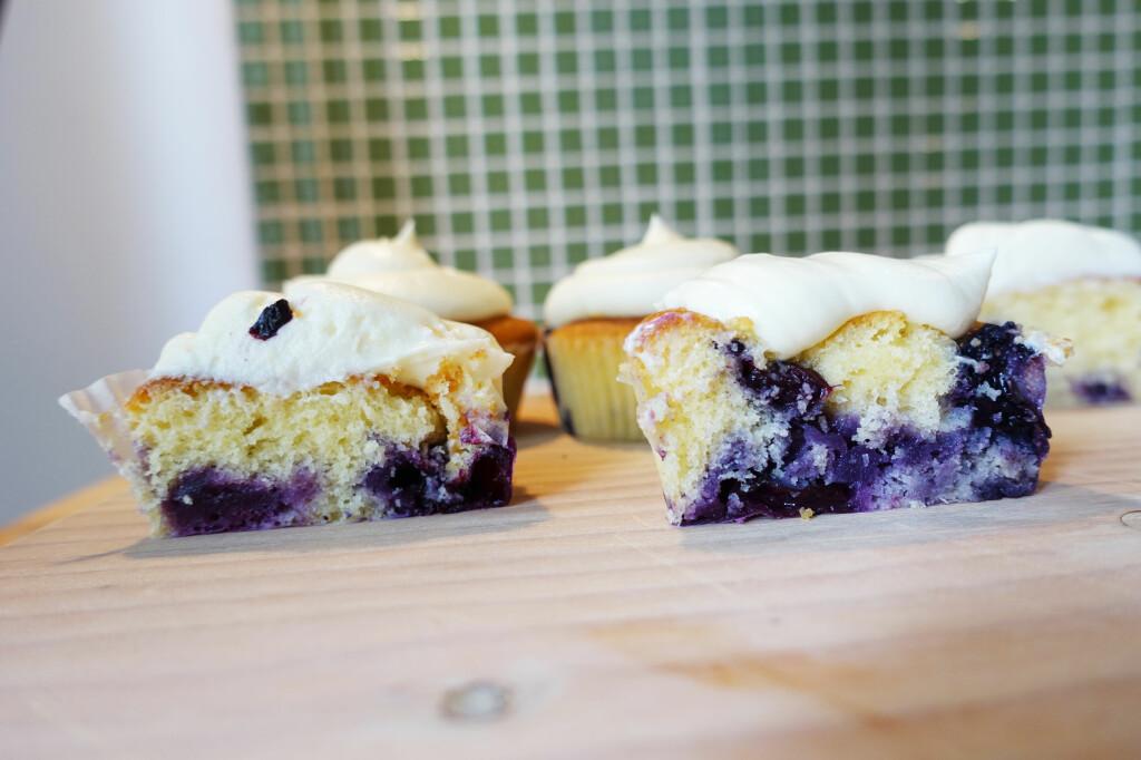 <b>SMART TRIKS:</b> Muffinsen til høyre har blåbær som har fått seg et lag mel før vi hadde dem i røren. Foto: ELISABETH DALSEG
