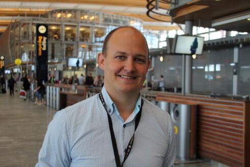 PASS PÅ TINGENE DINE: Medieansvarlig Joachim Westher Andersen ved Oslo Lufthavn oppfordrer reisende til å alltid ha et øye på bagasjen sin.  Foto: KRISTIN SØRDAL